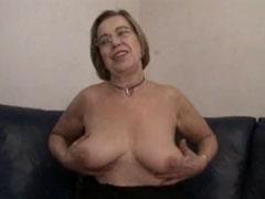 Oma masturbiert mit Dildo