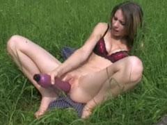 Geile Muschi wichst im Garten