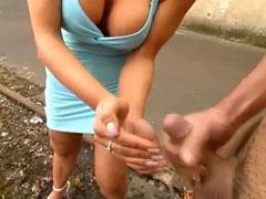 Sklave spritzt Domina in die Hände