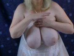 Dicke Oma zeigt ihre Euter