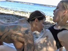 Mit Finger und Dildo am Strand gefickt