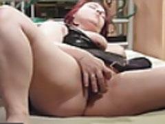 Mutter masturbiert auf dem Tisch