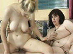 Pornoagent fickt zwei geile Schlampen
