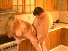 Er fickt seine dickbusige Schlampe in der Küche