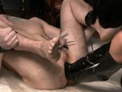 Devoter Sklave geniesst ihre Faust im Arschloch