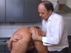 Mann fingert die Arschfotze seiner Frau