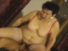Omma trainiert ihre feuchte Fotze
