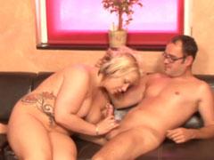 Mollige blonde Hausfrau steht auf guten Sex