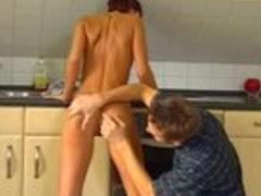 Schüchternes Flittchen in der Küche gefickt