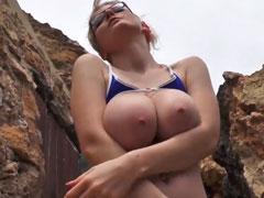 Blondine zeigt euch ihre süssen Natur Brüste