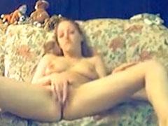 Amateur Masturbation auf der Couch