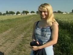 Süsse, schüchterne Blondine draussen auf dem Feld gefickt