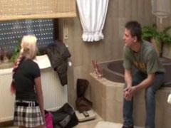 Deutsche Blondine mit ausgeleierter Fotze im Bad gefickt