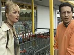 Blonde reife Frau vor dem Supermarkt angebaggert