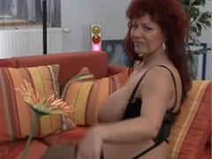 Wohlbeleibte Hausfrau masturbiert für euch