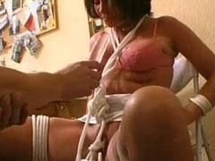 Frau gefesselt und mit einem Dildo gefickt
