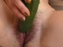 Hausfrau fickt sich selbst mit einer Gurke