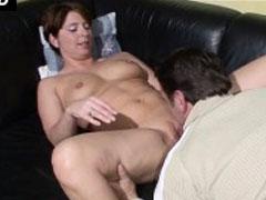 Stiefvater fickt seine dicke Stieftochter auf der Couch