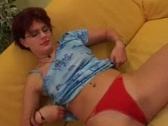 Rothaarige Hausfrau fickt sich mit einem Dildo