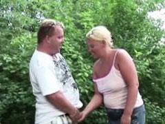 Molliges Paar fickt geil im Auto
