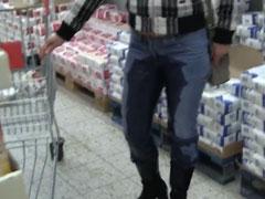 Schlampe pisst sich in die Jeans