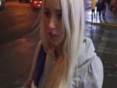 Schüchterne Blondine in ihrem ersten Porno