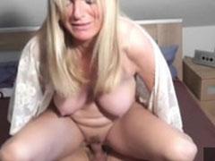 Vollschlanke blonde Hausfrau im Amateur Porno