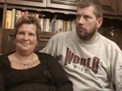 Brave Hausfrau von ihrem Ehemann vor der Pornokamera gefickt