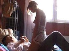 Sexy Blondine steht auf Rollenspiele