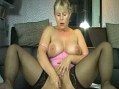 Hausfrau spritzt ab vor der Kamera
