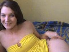 Mädel masturbiert mit einem richtig dicken Dildo