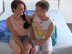 Frisch rasierte Fotze von jungem Schwanz gefickt