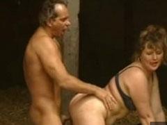 Reife Frau in einer Lagerhalle gefickt