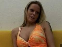 Blondine beim Pornocasting