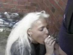 Braungebrannte Blondine bläst öffentlich Schwänze