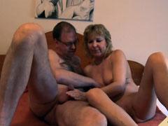 Haariger Kerl fickt seine reife Hausfrau