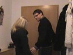 Junges Amateur Paar spielt sexy Rollenspiele