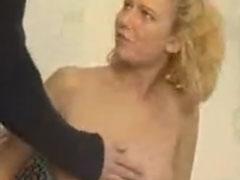 Junge Frau befummeln