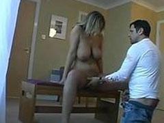 Geile Hausfrau duscht vor dem Sex