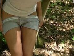 Verdammt hübsche Blondine im Wald gefickt