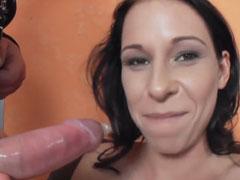Mädchen mit Zahnspange beim Pornocasting