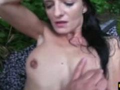 Brave Hausfrau vor die Porno Kamera gebracht