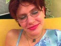 Schüchterne Brillenschlange in ihrem ersten Porno