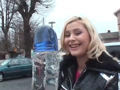 Blondine zeigt ihre rasierte Muschi für Geld