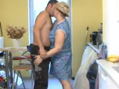 Die fette Putzfrau in der Küche gefickt