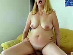 Perverse Hausfrau mit klebriger, haariger Muschi