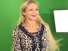 Blonde Fotze mit dicken Möpsen posiert vor der Kamera