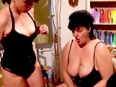 Drei Lesben mit dicken Dildos