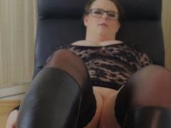 Fette Frau wichst Schwanz mit Reitstiefeln