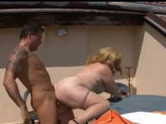 Die fette Nachbarin geil auf dem Balkon gefickt